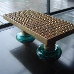 Table basse dorée et pieds verre