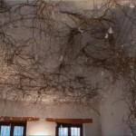 Plafond de magasin à Toulouse (31) - Saule tortueux doré et 100aines de plumes d'oie suspendues