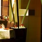 """""""Le L"""" (Toulouse, 31) - détail accueil, bambou laqué et galets blancs"""