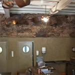 Mur écorce de liège, lustre acier rouillé et doré - restaurant Ségoufielle (32)