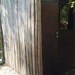 Salle de bain annexe sur pilotis dans la bambouseraie