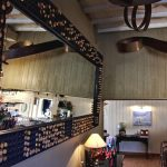 Miroir magistral (1,50mx3m) avec bouchons de champagne dorés amovibles. Luminaires ruban acier doré et rouillé