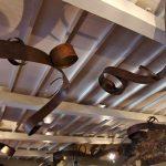 Luminaires rubans d'acier rouillé et doré. Mur écorce de liège