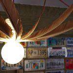 Luminaire porcelaine et plumes de paon