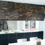 Mur habillé en liège + miroir + alvéoles PVC laquées noir mat